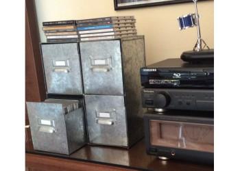 Box in metallo con quattro cassetti estraibili.